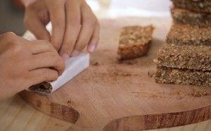 Ingredientes: 2 xícaras de aveia em flocos ¼ xícara de gergelim ½ xícara de açúcar mascavo ¼ de melado de cana ¼ xícara de amêndoa ¼ xícara de castanha de caju ¼ xícara de castanha do pará 2 bananas d'água amassadas 1 colher (café) de canela em pó 1 colher (sopa) de óleo de coco Um pouco mais de óleo de coco para untar a forma  Modo de preparo: Misture todos os ingredientes numa tigela até formar uma massa homogênea. Despejar a massa na forma untada com óleo de coco, alisando com uma…