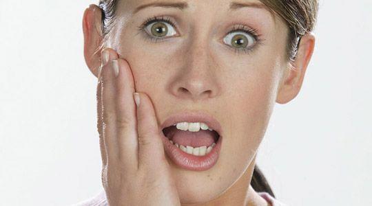 Schmerzen beim Essen und Trinken. Ein entzündeter Nerv macht sich häufig zunächst durch kurzzeitige Schmerzen beim Verzehr von kalten, heißen, süßen oder sauren Speisen bemerkbar.