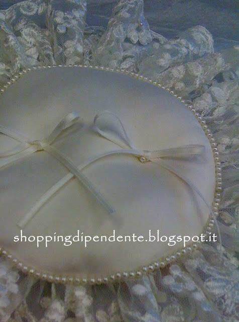 ecco il cuscino portafedi per il matrimonio di Chiara. Che ne pensate?  L'ha fatto mia madre a mano.