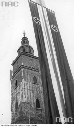 Wieża ratuszowa podczas obchodów pierwszej rocznicy wybuchu II wojny światowej w Krakowie. 1 września 1940