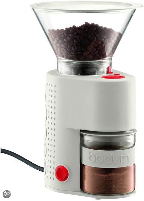 Bodum Bistro Koffiemolen Wit  Bodum Bistro Koffiemolen Wit Voor de echte koffieliefhebbers is de Bodum Bistro Koffiemolen Wit een must. Deze elektrische koffiemolen maalt in een mum van tijd heerlijke koffie van jouw favoriete bonen. Hij beschikt over 12 maalstanden die je naar gelang kunt instellen en je kunt de Bodum Bistro Koffiemolen op elk gewenst tijdstip stopzetten. Het snoer kun je opbergen onder in de koffiemaler en zo heb je een compacte maler die weinig ruimte in beslag neemt op…