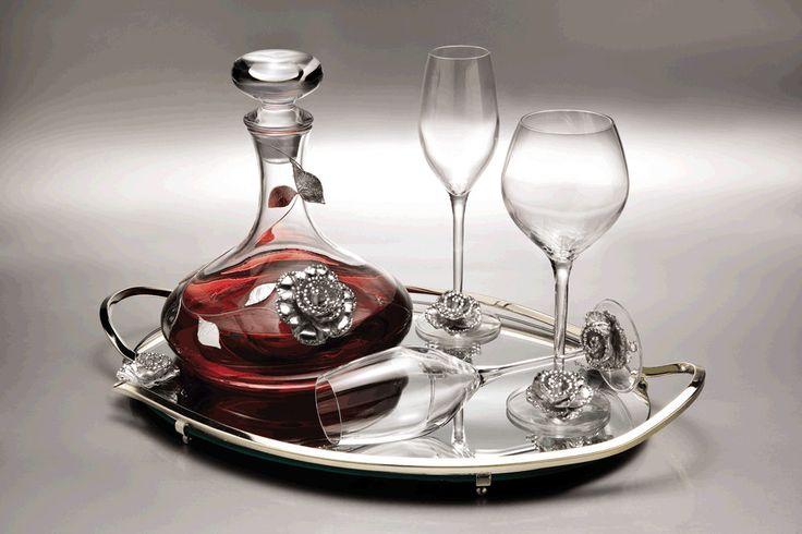 ΚΑΡΑΦΕΣ - ΠΟΤΗΡΙΑ Bohemia            111 Σετ τριών ποτηριών και καράφα βοημίας υψηλής ποιότητας, διακοσμημένο από όμορφα ασήμι τριαντάφυλλα σε εναν εκρηκτικό συνδυασμό δέρματος και στρας. Χαρακτηριστικά  Το σετ αποτελείται από:  Μια καράφα Ένα ποτήρι κρασιού Δύο ποτήρια σαμπάνιας