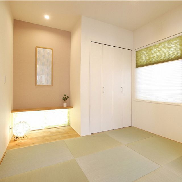 の注文住宅/フレーム/手ぬぐい/sousou/和モダン/カウンター…などについてのインテリア実例を紹介。「リビングの脇に、4帖半の和室を設けました。 一部を窪ませて床の間スペースに* カウンターが付いているので、和小物を色々飾りたくなってしまいます*^^*  正方形の琉球畳は、イグサの目の方向を縦と横に交互に並べることで市松模様に見えるんです◎」(この写真は 2016-03-12 12:57:46 に共有されました)