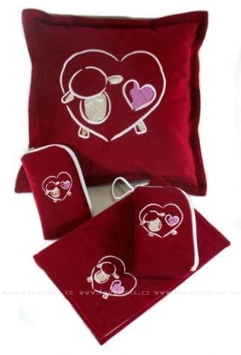 Valentýnská sada - červený polštář - bílá ovečka -  Cena: 498,00 Kč ($25)  Komplet obsahuje: Polštářek, pouzdro na mobil a obal na knihu v červené barvě lásky s ovečkou ve tvaru srdce.    Polštářek můžete mít s levandulovým květem, jinými bylinkami nebo bez, stačí si vybrat.