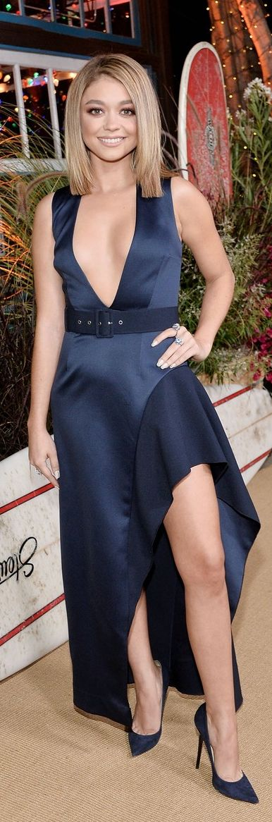 Who made Sarah Hyland's blue dress and suede pumps?                                                                                                                                                                                 Más