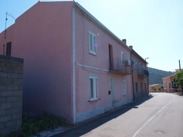 Vendesi una casa su 2 livelli, facilmente separabili in 2 appartamenti separati nella frazione Talavà, comune di Torpé a solo 10 km da Budoni e le più belle spiagge della zona.  Per maggiori informazioni rivolgersi al numero 3939888095 www.lakasa.it