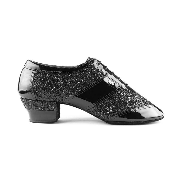 Topmodel i herre latin dansesko fra PortDance. Modellen PD Diamond er i højeste kvalitet og fremstillet i sort læder med lak og glitter. Fåes hos Nordic Dance Shoes: http://www.nordicdanceshoes.dk/portdance-pd-diamond-sort-lak-glitter-dansesko#utm_source=pin