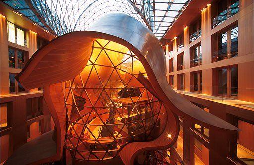 DZ-Bank Berlin DZ-Bank, Berlin,Pariser Platz, Architekt: Frank O.Gehry, Konferenzraum im Innenhof in Form eines Fisches  010AA20010805A0005