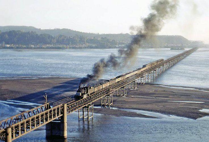 Puente ferrocarrilero sobre el río Bío Bío en 1972.