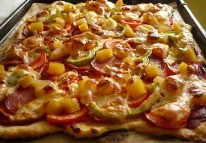 Nekynuté těsto na pizzuHladká mouka 250 g Voda 1,5 dl Olej může být i olivový 6 lžíce Prášek do pečiva 1/2 balíček Sůl 1 špetka
