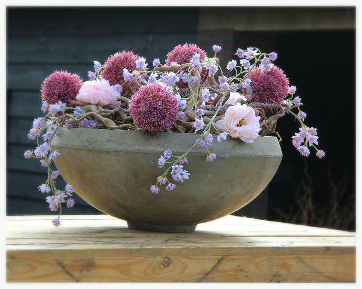 Schaal opgemaakt door decoratiestyling, met decoratietakken en zijde bloemen. www.decoratiestyling.nl