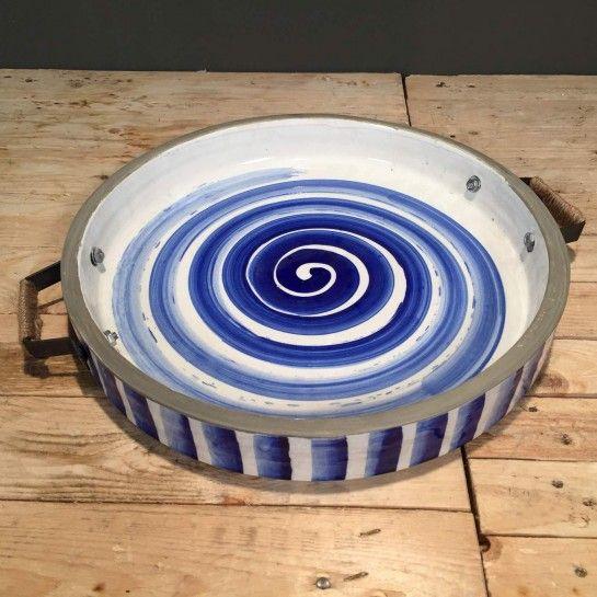 Κεραμική πιατέλα με μεταλλικά χερούλια στολισμένα με σχοινί και σχέδιο σε αποχρώσεις του μπλε για να διακοσμήσετε τον χώρο σας.Το NEDAshop.gr υποστηρίζεται από το κατάστημα μας όπου μπορείτε να δείτε όλα τα αντικείμενα από κοντά.Το κατάστημα μας βρίσκετε: Λεωφόρος Θηβών 503 Αιγάλεω http://nedashop.gr/Spiti-Diakosmhsh/diskoi/keramikh-piatela-apoxroseis-mple