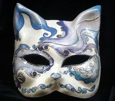 Azurro, il Gatto! OR23 Maschera realizzata in cartapesta. Il disegno è realizzato con colori acrili a mano libera, rendendola quindi assolutamente unica. Infine, la maschera è impreziosita dalla tecnica dello screpolato.