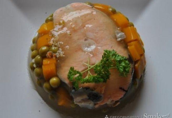 Zobacz zdjęcie 4 dzwonki z łososia 4 łyżeczki żelatyny Mała puszka groszku Bulion warzywny: 2 małe pietruszki 2 pory 1 średni seler 1 cebula 3 łyżki masła 8 ziarenek czarnego pieprzu 4 ziarenka ziela angielskiego 1 liść laurowy 2 marchwie sól i pieprz  Warzywa zalać 1,5 l wody,dodać przyprawy i gotować na wolnym ogniu 40 min. Następnie dodać obraną,pokrojoną w grube krążki i zarumienioną na maśle cebulę i gotować jeszcze pół godziny. Przecedzić i doprawić do smaku solą i pieprzem. Dodać…