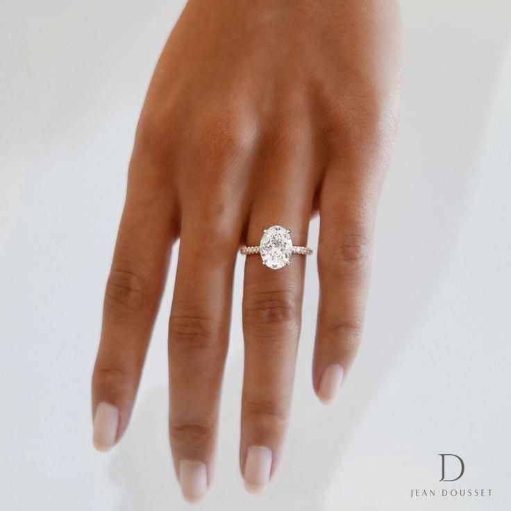 El anillo de compromiso Luna con un diamante de corte ovalado, exclusivo de Jean Dousset …   – WEDDING • bling that ring