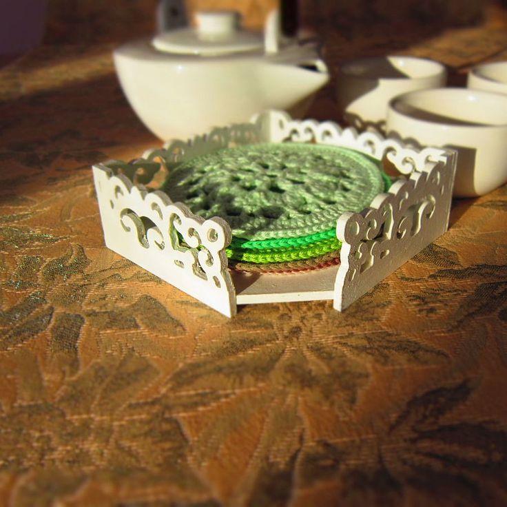 Vyřezávaná krabička s nádechem orientu Krásná vyřezávaná krabička na podkafíčka, podtácky, poznámkový blok... Krabička je natřená barvou zdravotně nezávadnou, vodou ředitelnou, další vrstvu tvoří bezbarvý matný lak. Velikost: 11 x 11 cm Háčkovaná podkafíčka můžete zakoupit na mém druhém profilu zde. Společný nákup = jedno poštovné.