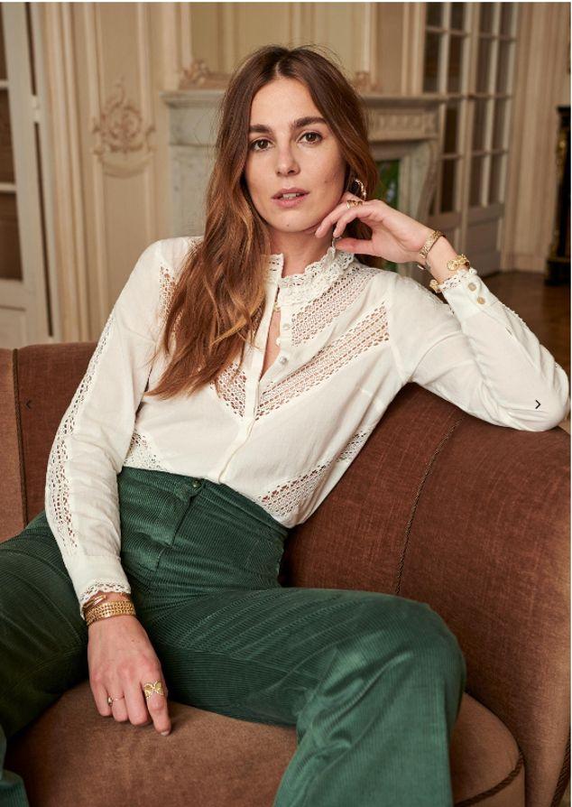Los Pantalones De Pana Vuelven Y Estos En Color Verde Son Ideales Blusas Bonitas De Moda Pantalones De Moda Traje Romantico