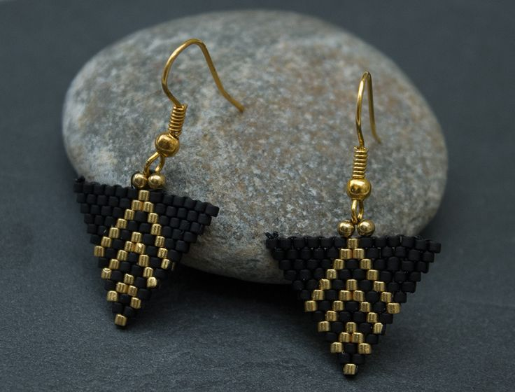 Boucles d'oreilles en perles tissées triangle : Boucles d'oreille par pluie-sauvage
