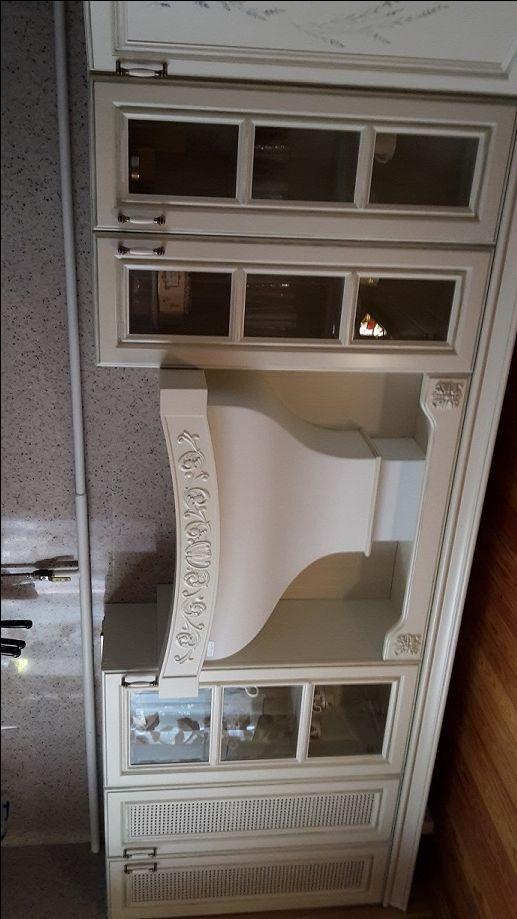 """Кухня из массива древесиныв стиле """"прованс"""". Фасады-бук, эмаль цвета слоновой кости. Корпуса- сосна. На фасадах вручную нанесен рисунок """"лаванда"""", стекло с фацетом. Вытяжка покрашена в цвет фасада."""