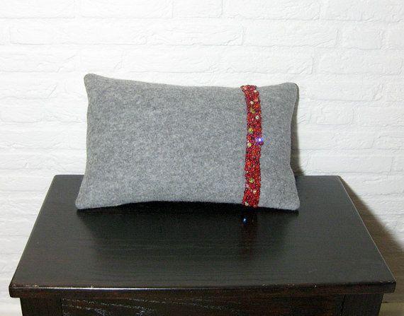 Unieke grijze kussen met vulling gemaakt van wol door kleinedromen