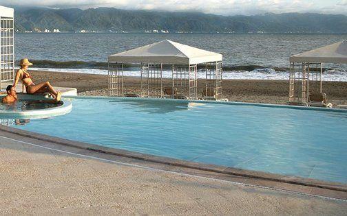 Наш частный Пляжный клуб – это белоснежный песок пляжа, огромный бассейн, вкуснейшая еда и особое состояние души…