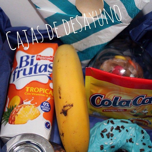 Esta fue la caja de desayuno de Fernando. Hoy seguro que se va a poner las botas!!! Incluye una pieza de fruta, un zumo, un donuts, un cupcake de lacasitos, un sobre de cola cao, un tarro lleno de lacasitos y cuchara y servilleta. Tu también puedes tener un detalle con los tuyos!!!
