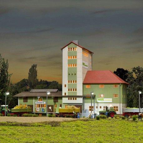 Coopérative agricole #HO #Kibri A retrouver ici : http://www.latelierdutrain.com/l-univers-agricole/100122-cooperative-agricole-ho-1-87-kibri.html