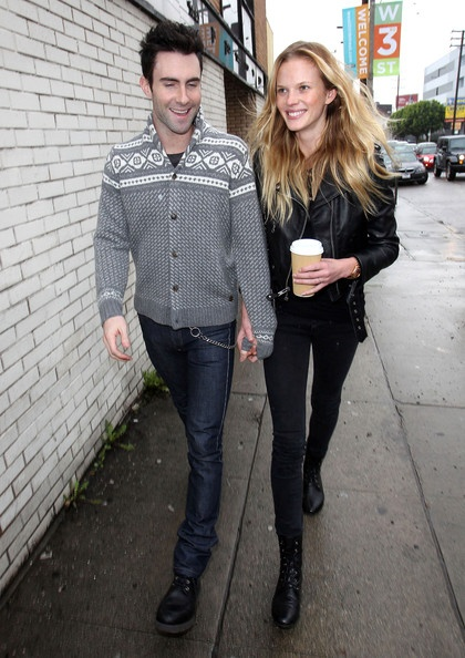 Anne V Photo - Adam Levine And Anne Vyalitsyna Out Shopping For Sunglasses