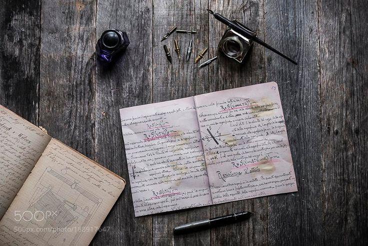 Scrivania di legno con appunti by Alessio-Zonza Scrivania di legno con inchiostro ed una vecchia penna stilografica