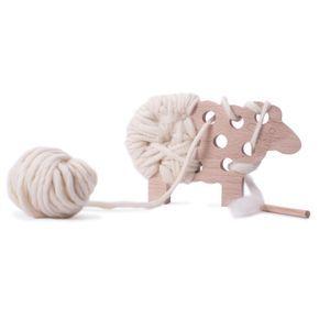 L'enfant passe et repasse la laine dans les trous du mouton à l'aide de l'aiguille. Un jeu de loisir créatif affectif qui exerce la patience et la motricité fine de l'enfant. Une fois l'ouvrage terminé, WOODY devient un bel objet décoratif, unique, composé de bois du Jura et de laine naturelle issue de mouton français. La laine est produite par une des dernières filatures de France. Une alternative au tricot avec un résultat surprenant !Bois du Jura issu de forêts gérées durablement. A p...