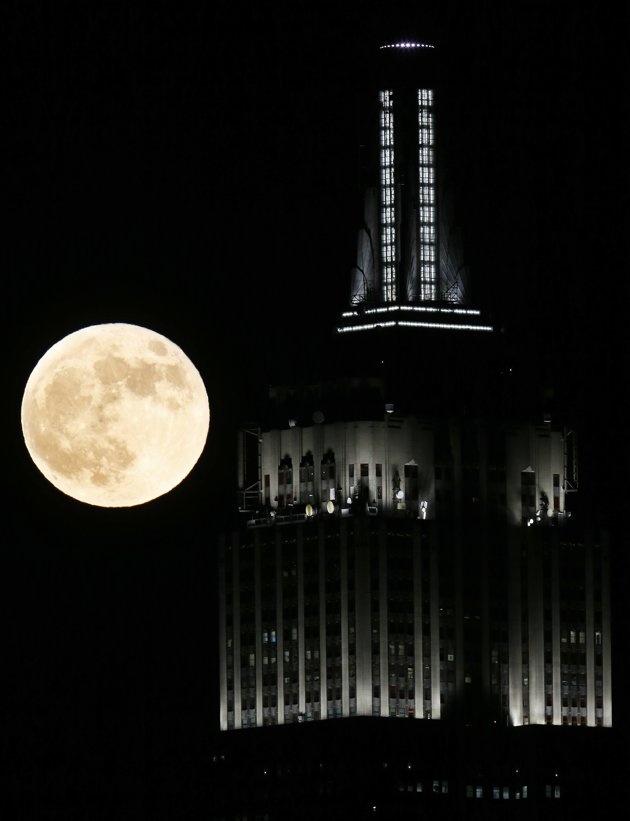 La Luna llena y el Empire State. Nueva York, Estados Unidos.-