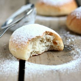 No butter, no eggs, only flour, water and oil for this brioche. (in Italian with translator)