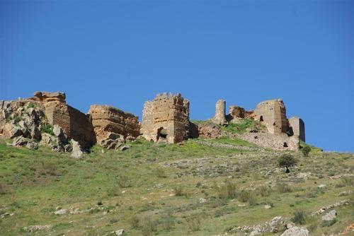 El castillo de Hornachos situado sobre unas rocas de la Sierra Grande, debió ser construido por los árabes en el siglo X, con las primeras invasiones. Tras la reconquista fue sede de la encomienda de la Orden de Santiago.