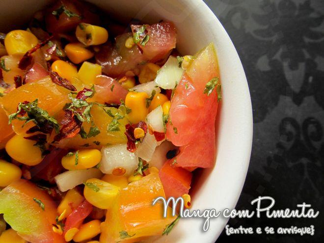 Salsa ou Salada de Tomate e Milho   cortar os tomates e cebolas em cubo pequenos, temperar com sal, limão, azeite, salsinha, pimenta que você curte (usei pimenta seca) e colocar grãos de milho cozido (usei de lata mesmo). Mistura tudo, deixa no mínimo uma hora na geladeira, antes de servir, para o tempero se espalhar na salada. Você pode fazer tacos com essa salsa ou servir com carne e arroz.
