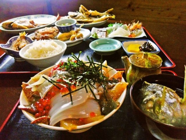 能古島は、福岡市西区に所属する島です。博多湾の中央にあり、大都市の目の前にありながら、姪浜から僅か10分で行くことができます。離島気分が気軽に味わえるので、福岡市民の間では身近でおすすめの行楽地として親しまれております。島内には魚介類やバーベキューなどが味わえるレストランがあります。ここでは能古島のおすすめレストラン7選をお送りします。