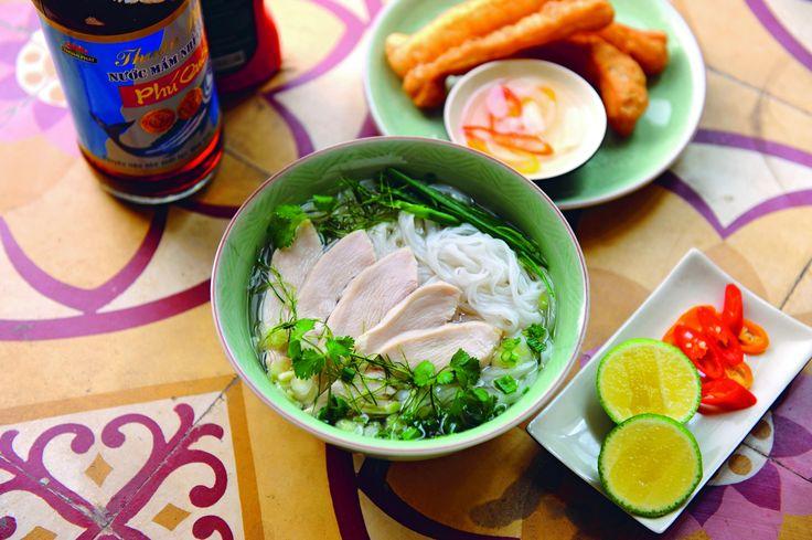 Tee ruokaa vietnamilaisen katukeittiön tyyliin!Vietnamilainen ruoka on maukasta ja halpaa. Sen tietää jokainen reppureissaaja ja foodie.  Monenlaiset yrtit tekevät ruoista tuoksuvia, lempeitä ja raikkaita.Vietnamilainen katuruoka on kokemus, jota ei voi unohtaa: ihmiset pilkkovat, paistavat ja hämmentävät ruokaa kyykyllään tai muovituoleilla istuen yhden pöydän katuruokalassa. Tuoreus on taattua, tarjoilu koreilematonta. Tässä kirjassa on yli 60 autenttista reseptiä kotikeittiöön: mukana…