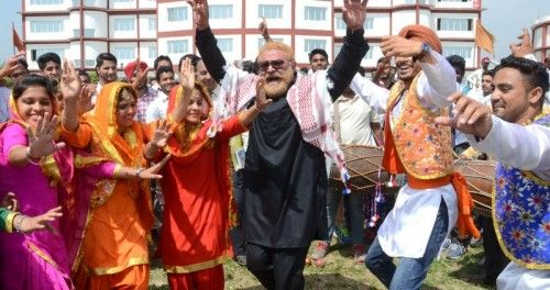 To cheer up team India, Cricketer Yograj Singh visits Aryans Campus. Full news here http://ow.ly/107lvr