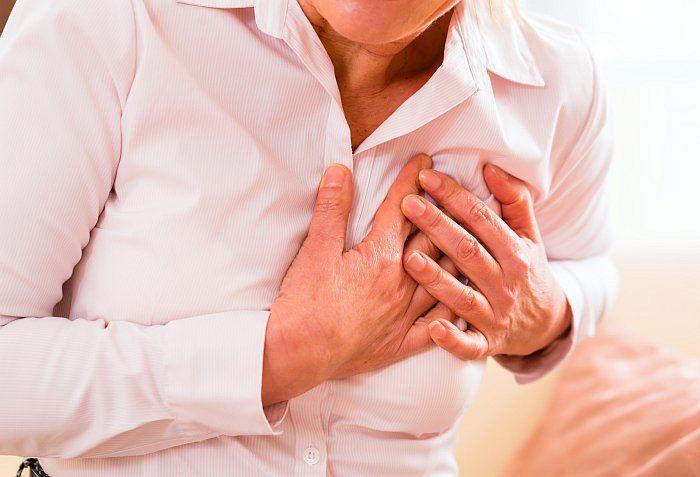 Nervenschmerzen der Rippen betreffen meist zwei benachbarte Nervenbahnen und zeigen sich durch länger anhaltende stechende Schmerzen beim Atmen.