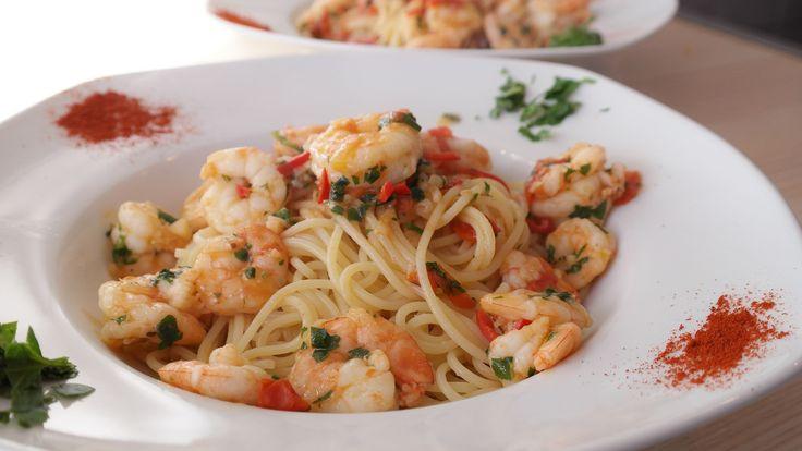 Gli spaghetti gamberetti e zafferano sono un primo piatto rapido e molto facile da fare, è anche profumato è incredibilmente gustoso.