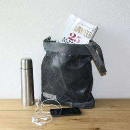 Handgemaakte leren tas. Een oude bank wordt een nieuwe leren tas. Hergebruikt leer wat al een heel leven achter de rug heeft en nu wordt Upcycled.