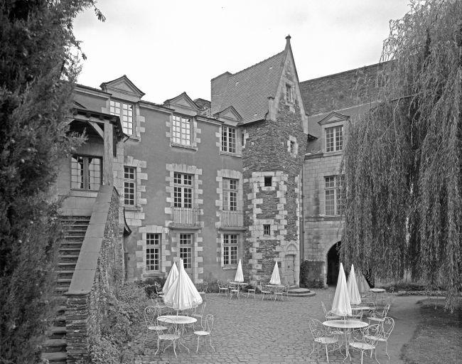 """Le logis du gouverneur au chateau d'Angers où fut incarcéré Fouquet pendant 3 mois.- L'Instruction: Le mémoire caché derrière le miroir de St-Mandé prévoit qu'en cas d'emprisonnement et de mise au secret de Fouquet, les gouverneurs qui comptent parmi ses amis, s'enferment dans leur citadelle et menacent d'entrer en dissidence pour obtenir sa libération: """"projets de révolte qui eussent mérité la mort si le ridicule n'ai avait adouci le crime"""", note l'abbé Choisy."""