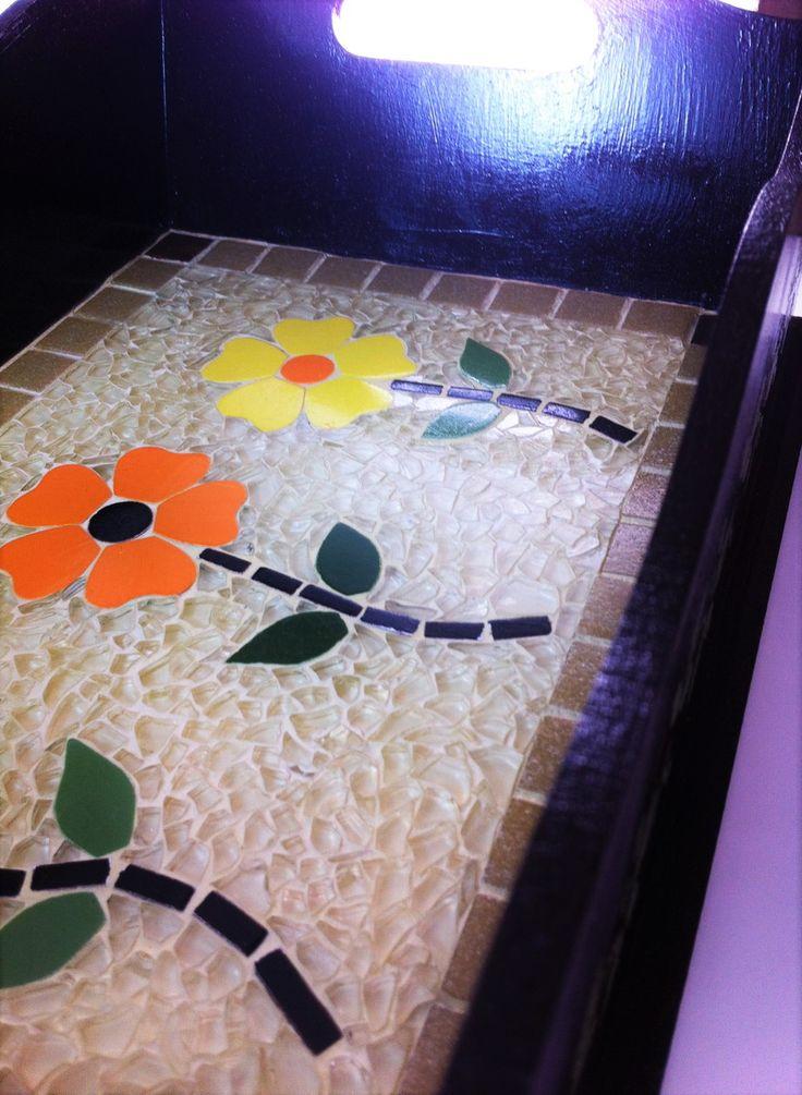 Bandeja em mosaico de cacos de vidro temperado, pastilhas de vidro e flores de azulejo cortadas à mão.  L:23cm  C:37cm  A:11cm  Peso:1.500Kg    PEÇA ÚNICA E EXCLUSIVA!