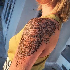 25 best ideas about shoulder henna on pinterest henna shoulder tattoos mandala tattoo. Black Bedroom Furniture Sets. Home Design Ideas