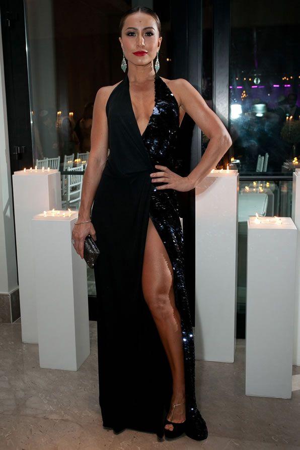 Vestido preto com fenda da Sabrina Sato