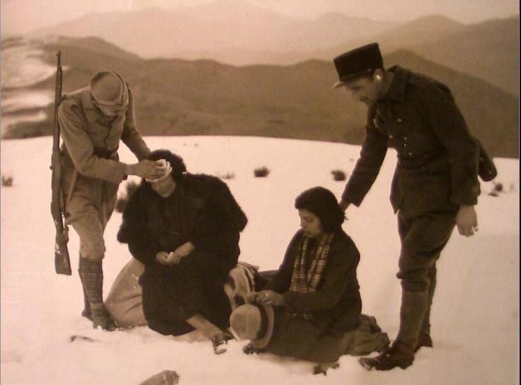 Militares franceses encuentran a estas dos mujeres que cruzaron la frontera por algún lugar de los Pirineos.