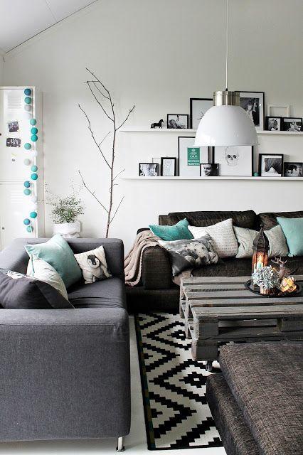 Salon scandinave avec tapis géométrique et table basse en palette