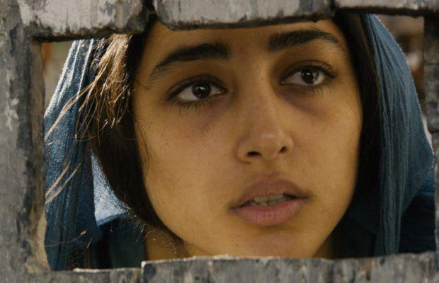 'The Patience Stone' ile yönetmen Atiq Rahimi'nin gözünden savaşın içindeki Afganistan'dayız. Peki kolay mıdır savaşın içindeki Afganistan'da kadın olabilmek? Savaşın içinde kadın olabilmek? Ortadoğu'da kadın olabilmek? Kolay mıdır kadın olabilmek? Yüz on iki dakikada başroldeki Golshifteh Farahani bu sorulara yanıt verebilir. Yıkık bir kentin arasında nefes almaya çalışan bir kadın ve onun boğuk sesiyle çektiği tespihler ve ettiği duaların yerini alacak olan itirafları toplumda kadın...