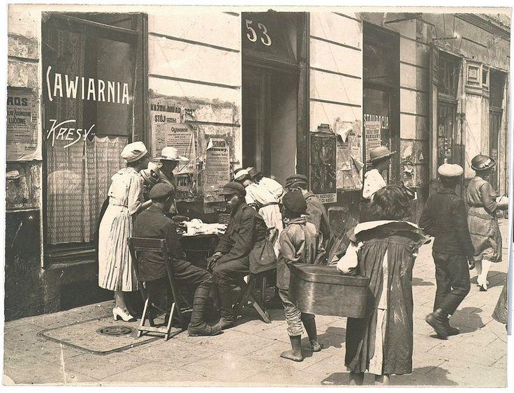 Fot. Warszawska Agencja Fotograficzna, Warszawa. [W kawiarni ] Na Nowym Świecie w sierpniu 1920 roku, sierpień 1920, odbitka fotograficzna, papier fotograficzny, papier, Zbiory Ikonograficzne i Fotograficzne MNW.