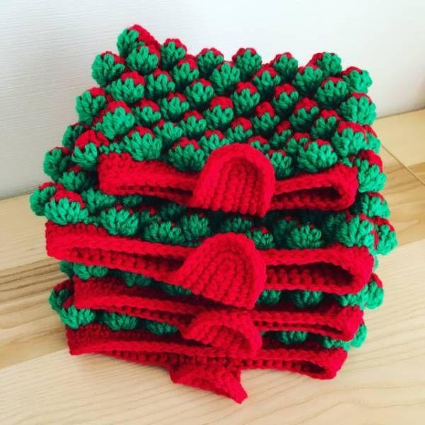 まさかまた編むとは完全に思ってなかった、苺ちゃんポーチ。実は去年編んだ苺ちゃんポーチキャンセルが出て、1つだけ残ってたのをミンネさんに出品したらオーダーをちらほら受けまして。それで再び編むことになりました。作り方は過去ブログを参考にどうぞ。苺ちゃんポーチの作り方苺ちゃんポーチの作り方苺のチャームの作り方ということでオーダー頂いた分を編んでいきます。1つ目完成。2つ目完成。3つ目完成。4つ目はサイズ指定だったのでひとまわり小さいポーチです。内袋を縫い付けます。苺のチャームを作ります。ヘタの部分。実の部分。合体させて完成。ポーチにマグネットボタンとタグを縫い付けます。完成しました。しかし、しばらく編んでないと本当に忘れますあんまり編み方ノートに書き残してないので、自分のブログを遡って見て作るという(笑)覚書で...