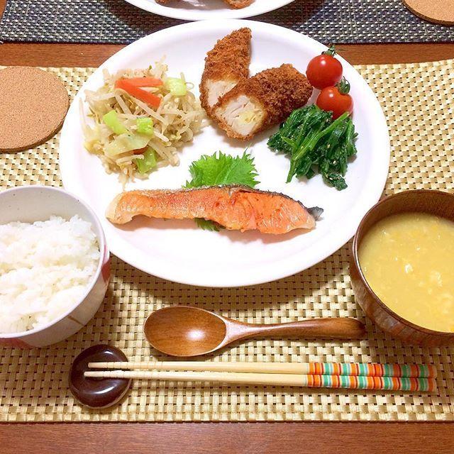 01_me今日2/24の#夕飯  ◯焼き鮭 ◯野菜炒め ◯ささみチーズフライ ◯ほうれん草胡麻和え ◯中華コーンスープ −−−−−−−−−−−−−−−−−−−−−−−− 寒かった 家から出たくないけど買い物行かなきゃ 抱っこ紐とかベビーカーに使える#ダウンケープ 活躍してます 友人紹介で#コドモチャレンジプチ をやる事にして本日、しまじろうのパペットが届きました 元々tedのパペットがあったから新入り投入って感じで ・ さっそく#娘さん にぶん回されてました可哀想なしまじろう ・ ・ 育児#子育て#娘さん#6月生まれ #親バカ#親バカ部#babygirl #baby#離乳食#生後8ヶ月#8ヶ月#6月5日生まれ #晩ごはん#晩御飯#夜ごはん#夜御飯#おうちごはん#お家ごはん#kaumo#l4l#dinner#japan#food#instajapan#instahappy#instafood#夕食#クックパッド